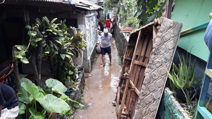 Terdampak Banjir 1,5 Meter, Warga Ciracas Minta Ganti Rugi ke PT Khong Guan