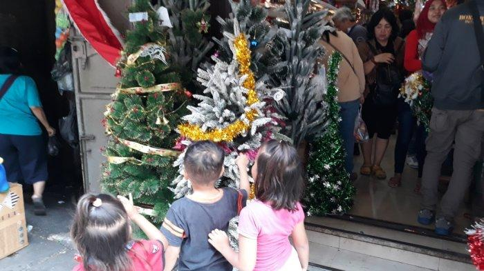 Jelang Natal, Pedagang di Pasar Pagi Asemka Jakarta Barat Beralih Dagang Pernak-Pernik Natal