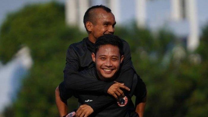 Persahabatan Evan Dimas dan Riko Simanjuntak. Kedua pemain itu memiliki kedekatan di dalam dan luar lapangan