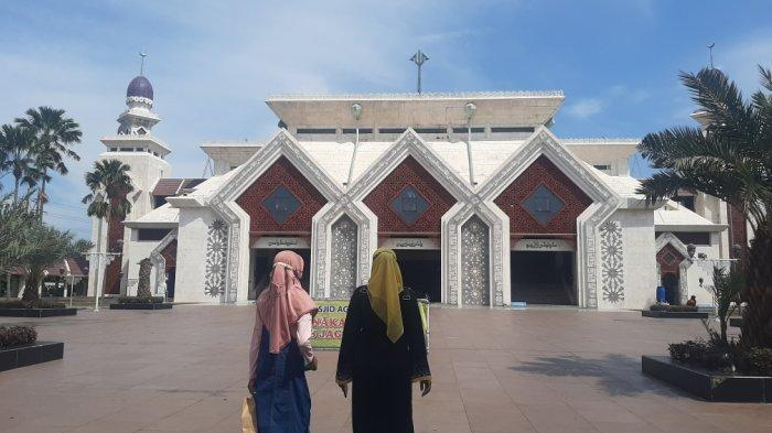 Masjid Agung At-Tin Bersiap Jelang Salat Tarawih: Pembersihan Rutin Hingga Penyemprotan Disinfektan