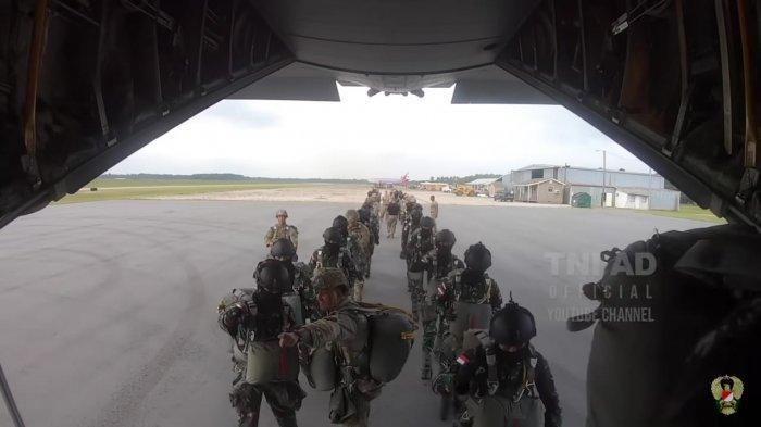Persiapan terjun payung yang dilakukan prajurit Garuda Airborne dengan militer Amerika Serikat.