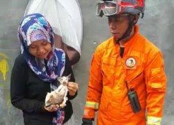 Petugas Damkar Jakarta Timur Evakuasi Anak Kucing yang Tercebur Sumur Sedalam 30 Meter di Pasar Rebo