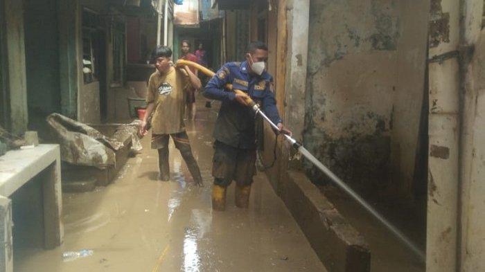 Petugas Damkar Kerahkan Mobil Pompa Semprot Timbunan Lumpur Sisa Banjir di Permukiman Warga