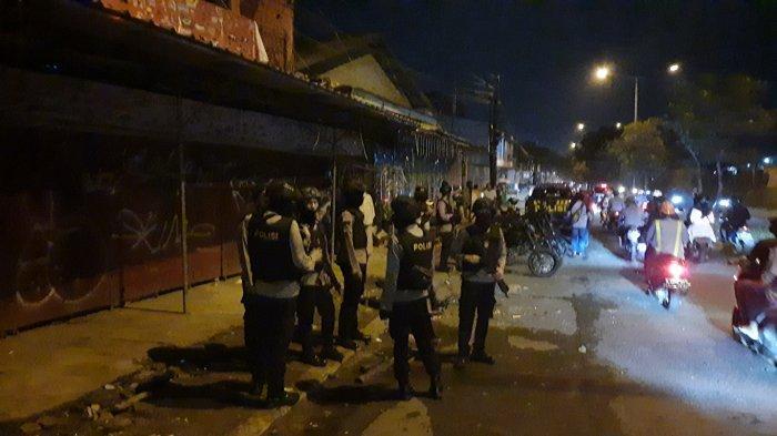 Personel kepolisian berjaga di sekitar TKP bentrok ormas di Jalan I Gusti Ngurah Rai Bintara, Bekasi Barat
