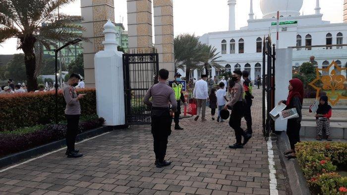 Sejumlah Personel Polisi Amankan Salat Idul Fitri di Masjid Al-Azhar Jakarta Selatan