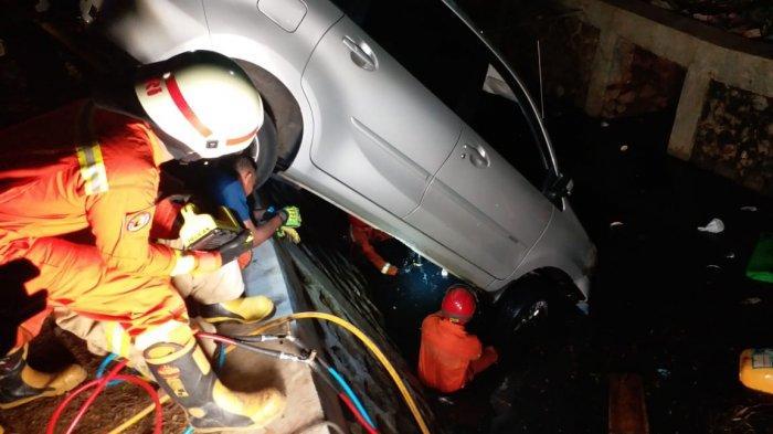Hindari Tabrakan, Mobil Xenia Terperosok ke Kali Jalan Pulo Mas