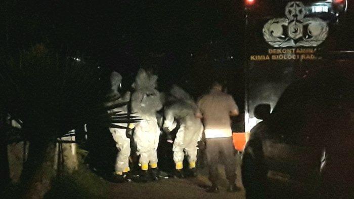 Nyaris 2 Jam, Gegana Brimob Semprot Disinfektan ke Rumah Warga Depok yang Terjangkit Corona