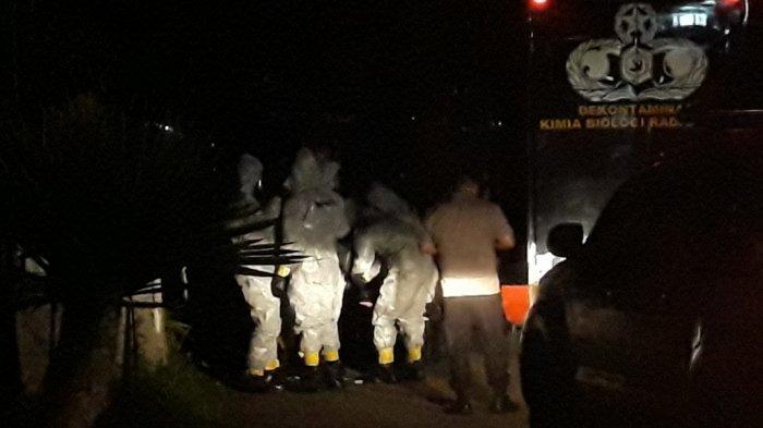 Sat KBR Gegana Brimob Sambangi Rumah Warga Depok yang Terjangkit Corona