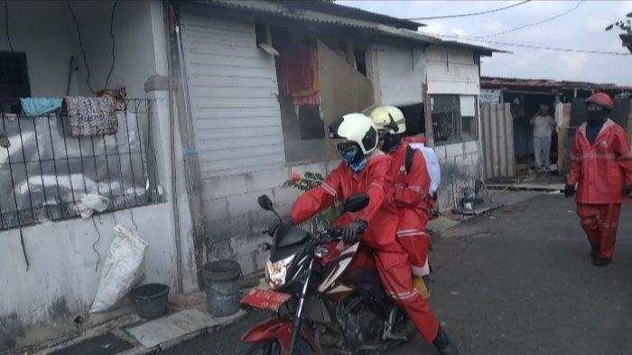 Cegah Penyebaran Covid-19, Petugas Pemadam Kebakaran Semprot Disinfektan di 31 Pasar Jakarta Timur