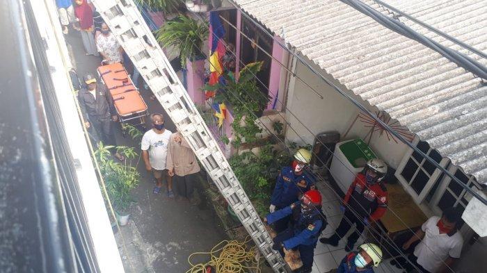 Ibu Hamil 8 Bulan Pingsan di Lantai Dua Rumah di Duren Sawit, Personel Damkar Turun Tangan Evakuasi
