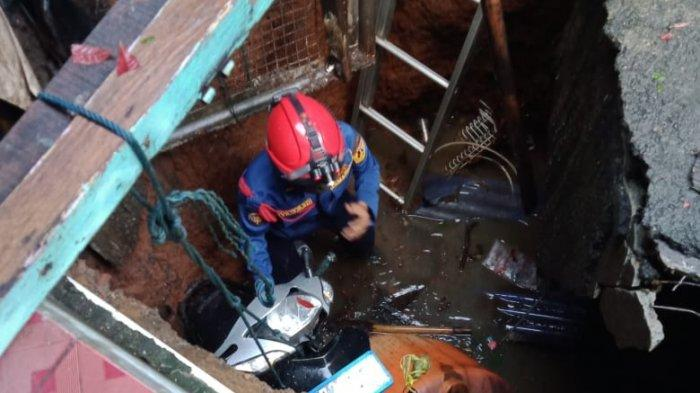 Evakuasi Motor Warga, Petugas Damkar Nyebur ke Septik Tank Sedalam 5 Meter