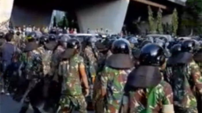 Personel TNI Amankan Jalan S Parman Slipi Kolong setelah Massa Pendemo Rusuh