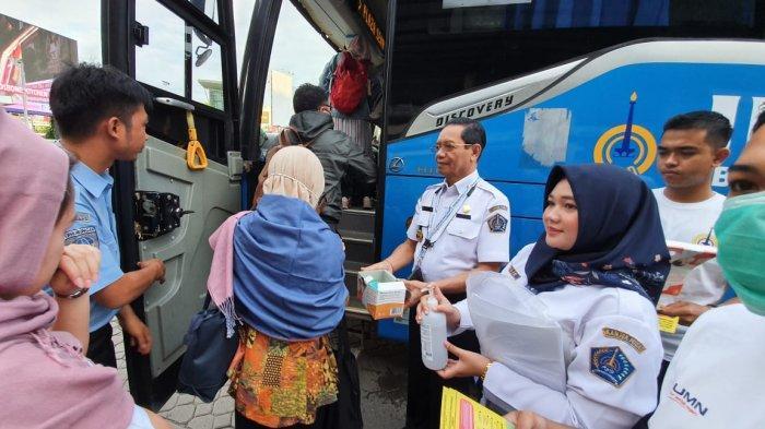 Heboh Virus Corona, Penumpang TransJabodetabek di Bekasi Dapat Masker Gratis