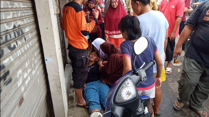 Atun Menangis Histeris Saat Tahu Anaknya Hanyut di Kali Perumahan Pondok Maharta Tangsel