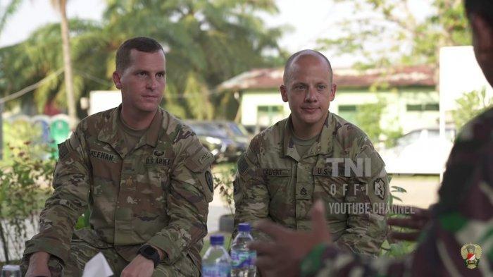 Perwira Humas US Army, Mayor Jimmy (kiri) menceritakan pengalamannya bekerjasama dengan Dispenad.