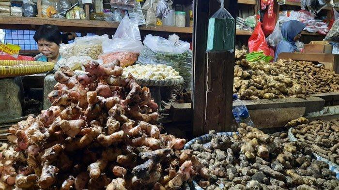 Pesagang rempah di Pasar Baru Bekasi Jalan Ir. H. Juanda Bekasi Timur, jahe merah dan temulawak naik saat heboh corona, Rabu, (4/3/2020).