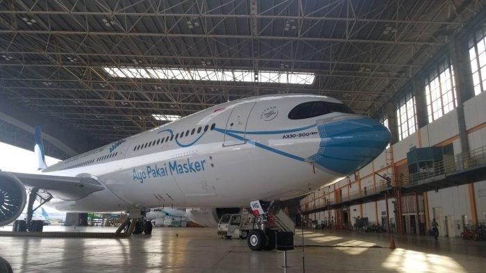 Pesawat Garuda Indonesia tipe Airbus A330-900 Neo yang dicat seolah memakai masker di Hangar 2 GMF AeroAsia, Bandara Soekarno-Hatta, Kamis (1/10/2020).