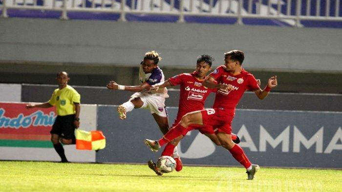 Pesepak bola Persija Jakarta (jersey merah) berebut bola dengan pesepak bola Persita Tangerang (jersey putih) pada laga lanjutan BRI Liga 1 2021-2022 di Stadion Pakansari, Cibinong, Kabupaten Bogor, Jawa Barat, Selasa (28/9/2021) malam. Pada pertandingan tersebut kedua tim bermain imbang 1-1 (1-1).