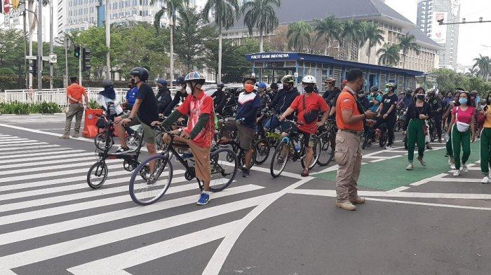 Para pesepeda tampak meramaikan jalan protokol di wilayah Jakarta, pada Minggu (18/10/2020) pagi.