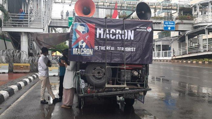Diguyur Hujan Massa Aksi Gedung Kedutaan Besar Perancis Berteduh di Jalan MH Thamrin