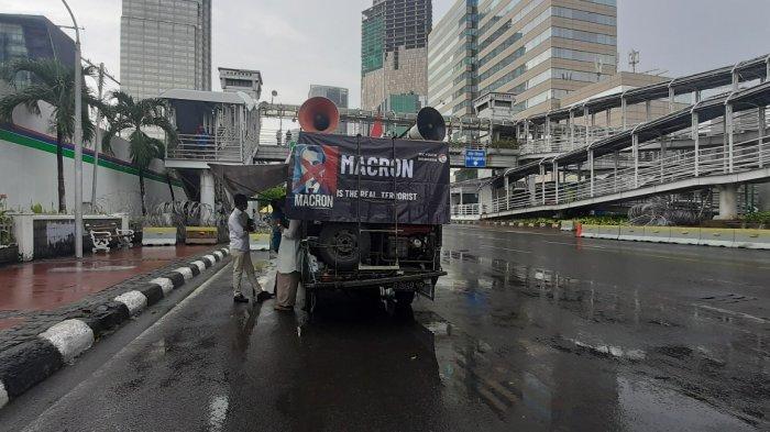 Mobil komando milik peserta aksi bela Nabi Muhammad terparkir di Jalan MH Thamrin, Jakarta Pusat, pukul 13.51 WIB, Jumat (6/11/2020).