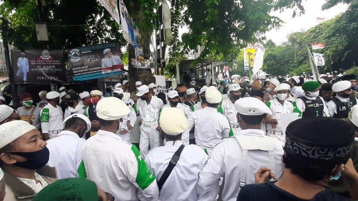 Suasana massa FPI menanti kepulangan Habib Rizieq Shihab, di Jalan Petamburan Raya, Jakarta Pusat, pukul 10.34 WIB, Selasa (10/11/2020).