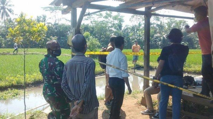 Petugas Polres Pandeglang melakukan olah Tempat Kejadian Perkara (TKP) temuan mayat petani diduga korban pembunuhan di sebuah gubuk di tengah sawah di Desa Koncang, Kecamatan Cipeucang, Kabupaten Pandeglang, Banten, Senin (26/7/2021).