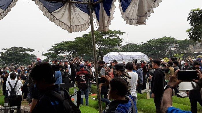 Kumandangkan Lagu Khas Maluku, Ratusan Pelayat Iringi Pemakaman Glenn Fredly