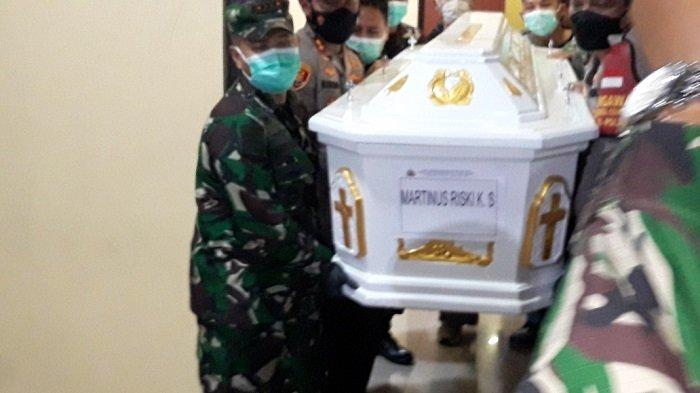 Menangis Histeris, Wanita Ini Jatuh di Depan Mobil Jenazah Korban Penembakan Bripka CS