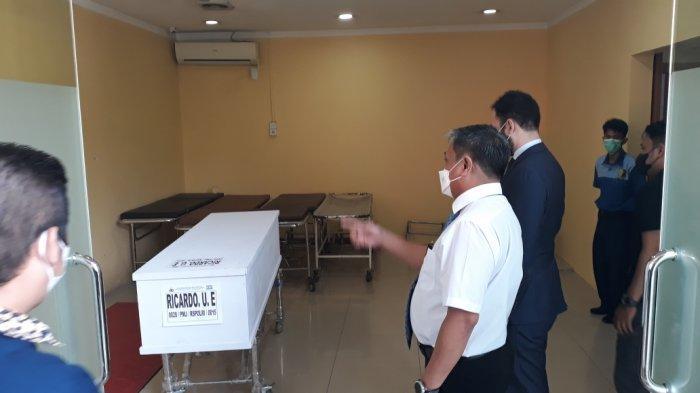 Peti jenazah Ricardo Ussumane Embalo (51), WNA asal Portugal narapidana korban kebakaran Lapas Kelas 1 Tangerang di Instalasi Forensik RS Polri Kramat Jati, Jakarta Timur, Senin (20/9/2021)