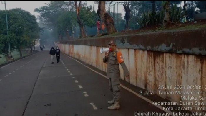Petugas Satpol PP Jakarta Timur Bubarkan Warga yang Masih Nekat Berolahraga di Sepanjang KBT