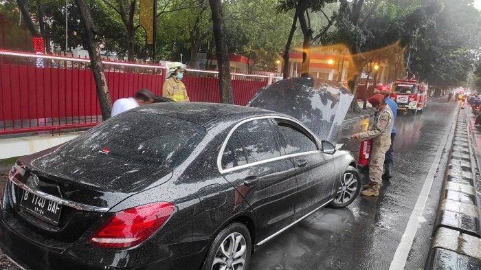 Kap Mesin Mercedes Benz Terbakar di Depan Kantor BIN, Diduga Korsleting