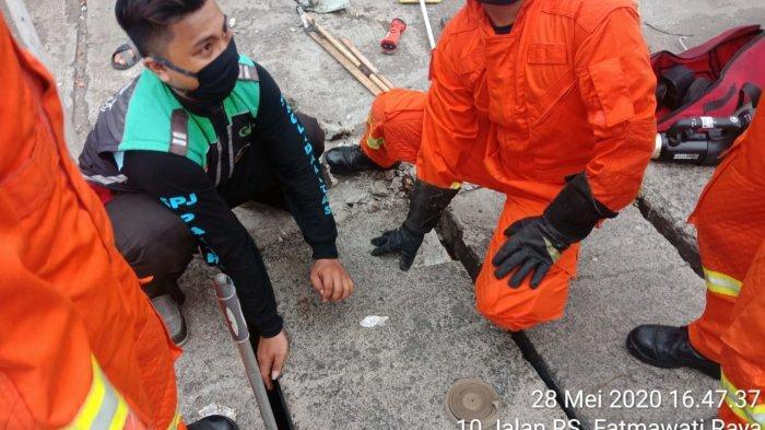 Ponselnya Tercebur Saluran Air di Cilandak Barat, Driver Ojol Minta Bantuan Petugas Damkar
