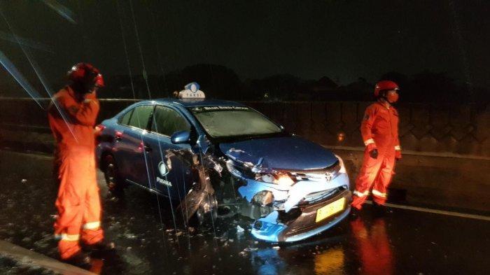 Lawan Arah, Taksi Tabrak Pengendara Agya di Jalan Layang Antasari Dini Hari