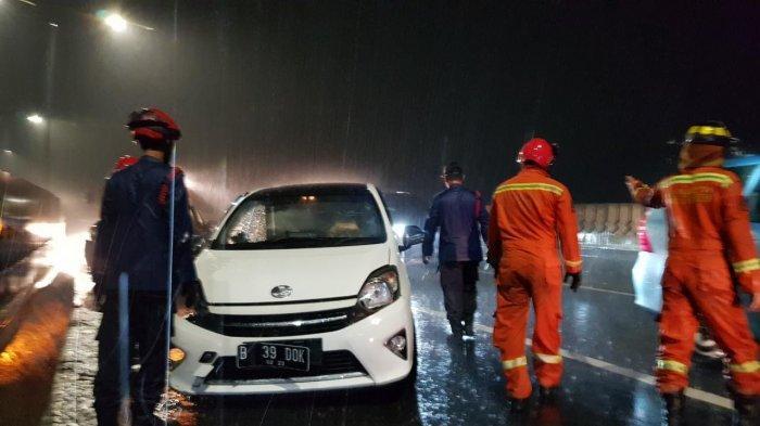 Petugas damkar mengevakuasi kecelakaan lalu lintas di Jalan Layang Pangeran Antasari, Cilandak, Jakarta Selatan pada Jumat (9/10/2020)