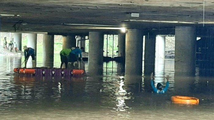 Banjir di Underpass Kemayoran Mulai Surut, Petugas Punguti Sampah