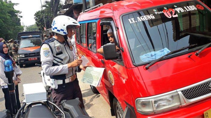 Petugas Dishub Ribut dengan Sopir Saat Tertibkan Angkot yang Mengetem Sembarangan di Bekasi