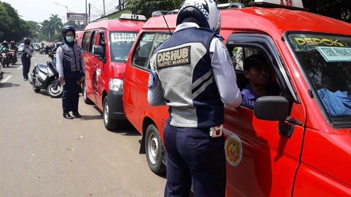 Hendak Ditertibkan Dishub, Sopir Taksi Panik Hingga Tabrak Motor Satpol PP di Tanjung Barat