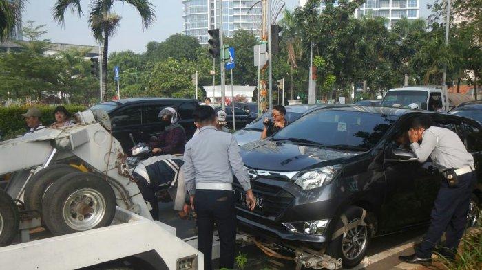 Acuhkan Imbauan Larangan Parkir, 6 Mobil Diderek Petugas Dishub di Cempaka Putih