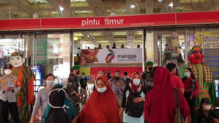 Sejumlah petugas tampak berjaga di sekitar Pasar Tanah Abang, Jakarta Pusat, Minggu (2/5/2021).