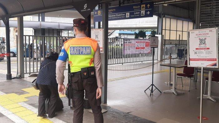 Sejumlah petugas keamanan menjaga ketat para calon penumpang KRL yang hendak memasuki area Stasiun Tanah Abang, Jakarta Pusat, Selasa (14/9/2021).