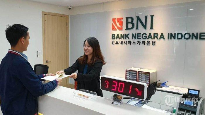 Petugas Kantor BNI Cabang Seoul, Korea Selatan, melayani nasabah pada hari ke 3 setelah lebaran, Jumat (7/6/2019).  Bagi kamu yang ingin mengembangkan karir di sektor perbankan maka lowongan kerja Bank BNI bisa menjadi pilihan.