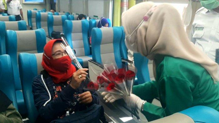 Meriahkan Hari Kartini, Petugas Wanita KAI Pakai Kebaya Sambil Bagikan Bungadi Stasiun Gambir