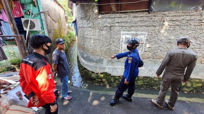 Petugas gabungan melihat selokan air yang diduga tempat terceburnya korban pada Selasa (22/6/2021).