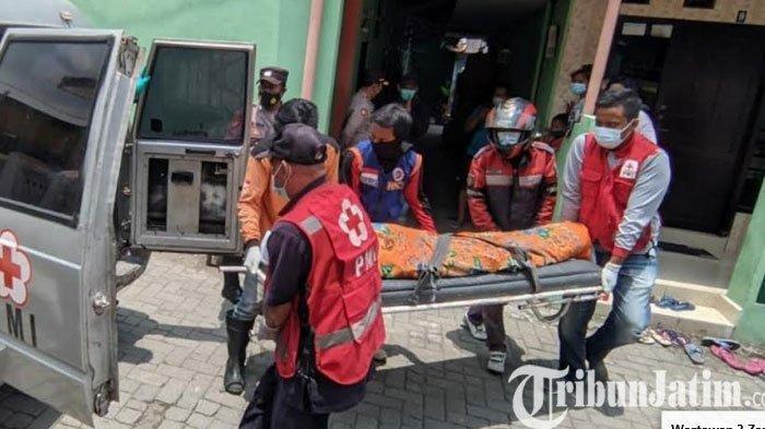 Petugas memindahkan jenazah yang sempat terlantar di kamar kos ke dalam mobil ambulans PMI Kota Mojokerto untuk dikebumikan.