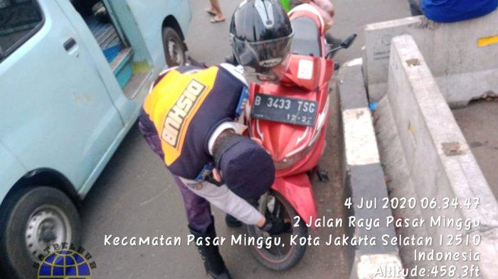 Parkir Sembarangan, Puluhan Pengendara Motor Terjaring Razia Cabut Pentil di Pasar Minggu