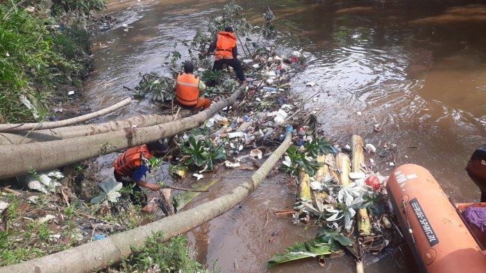 Sebagian Warga Bantaran Ciliwung di Pejaten Timur Masih Gemar Buang Sampah ke Sungai
