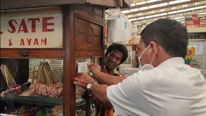 Pengelola Pasar Koja Baru Tempelkan Stiker Vaksinasi Covid-19 di Setiap Kios