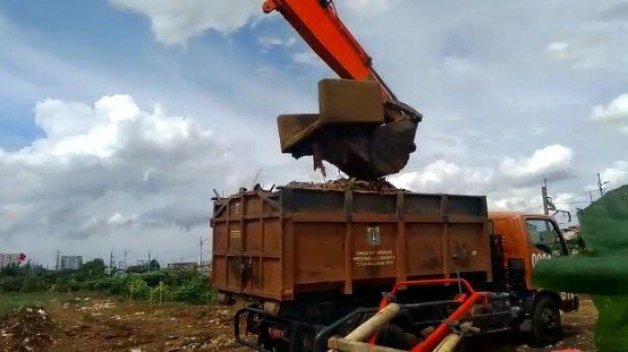 UPK Badan Air Temukan Sofa Bekas Mengambang di Sungai KBB Petamburan
