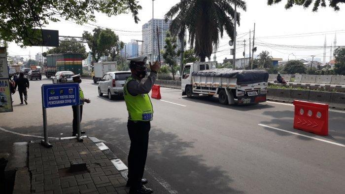 Petugas menggelar Operasi Zebra dan Operasi Yustisi di Jalan Daan Mogot, Kalideres, Jakarta Barat, Senin (26/10/2020).